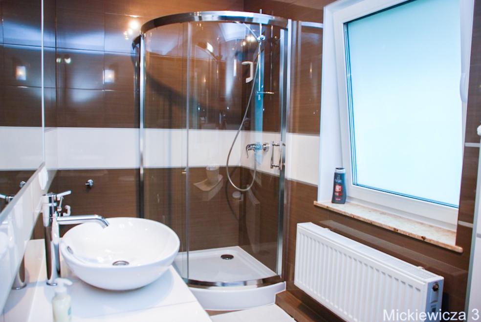 brązowa łazienka z prysznicem
